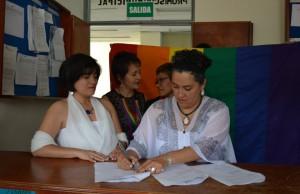 Elizabeth Castillo y Claudia Zea firmando su contrato civil de matrimonio.