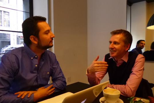 Jorge Parra entrevistando a Charles Radcliffe.