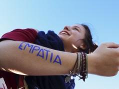 La incapacidad de funcionarios como la senadora Viviane Morales o el procurador Ordóñez de ponerse en los zapatos de las personas LGBT y de darle prioridad a sus creencias religiosas o personales, es una de las razones por las que aún existe discriminación por motivos de orientación sexual e identidad de género. Foto: Lobregs.