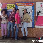 """A la izquierda, Pedro Julio Pardo """"la madre"""" y en el medio Federico Ruíz, dos de las personas que consolidaron Santamaría Fundación. Los acompañana algunas de las mujeres que forman o han hecho parte de la organización."""