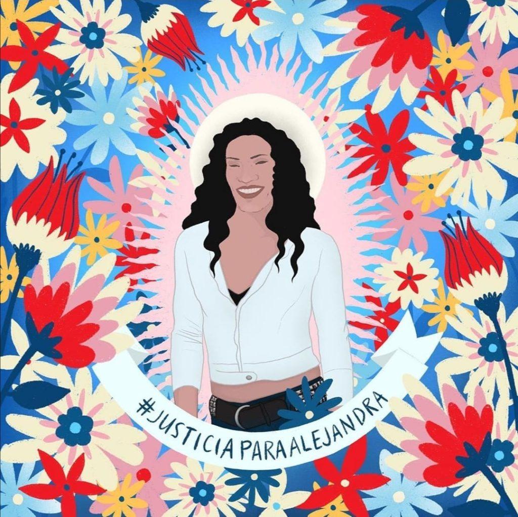Alejandra Monocuco, mujer trans, sonriendo rodeada de flores con un letrero que dice #JusticiaParaAlejandra.